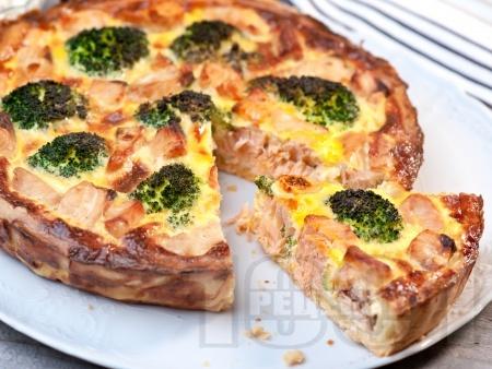 Киш със сьомга, броколи, яйца и заквасена сметана - снимка на рецептата